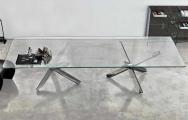 Moderný sklenený stôl s kovovou podnožou
