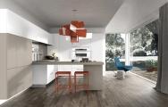 Moderná kuchyňa s pultom s pusch systémom na dvierka