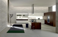 Moderná kuchyňa s dizajnovým digestorom a ostrovom