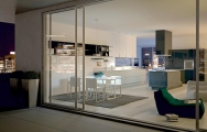 Moderný interiérový dizajn kuchyne spojenej s obývačkou v byte