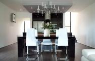 Kuchyňa moderná, vysoký lesk s jedálenským stolom vyrobené presne na mieru podľa 3D vizualizácie.