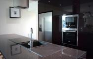 Kuchyne s ostrovčekom do domu, kamenná pracovná doska.