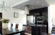 Kuchyne s ostrovom do domu, moderný interiérový dizajn .