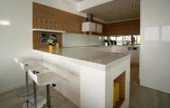 Kuchyne lesklé biele na mieru , s drevom.  Krásne inšpirácie pozrite na www.kuchyneprunus.sk.