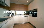 Kuchyne lesklé biele na mieru, Krásne inšpirácie pozrite na www.kuchyneprunus.sk. Originálne 3D návrhy a vizualizácie kuchýň a interiérov. Výroba nábytku na mieru: kuchyne, interiérové dvere, obývačky, spálne, detské izby.