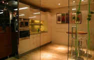 Kuchyne biele so sklenenou zástenou.