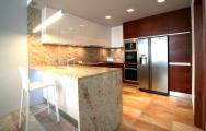 Kuchyne na mieru v kombinácii s drevom a kameňom