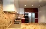 Kuchyne na mieru až po strop s americkou chladničkou