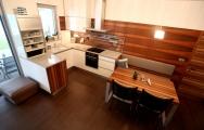 Kuchyne biele s drevom na mieru