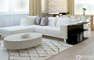 Dizajn rohovej bielej sedačky v obývačke