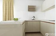 Luxusná lesklá kuchyňa, bez úchytiek, zapustené úchytky