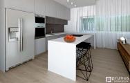 Kuchyňa s kamennou doskou a ostrovčekom spojeným s  barovým sedením I Prunus