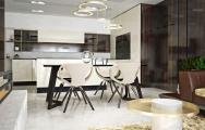 Interiérový dizajn luxusnej kuchyne s keramikou