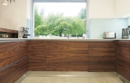 Kuchyňa so sklenenou zástenou Lacobel