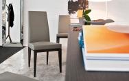 Luxusná jedálenská čalúnená stolička, drevené nohy