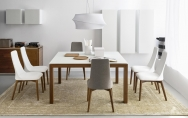 Moderná drevená stolička z masívu, čalúnená biela, šedá